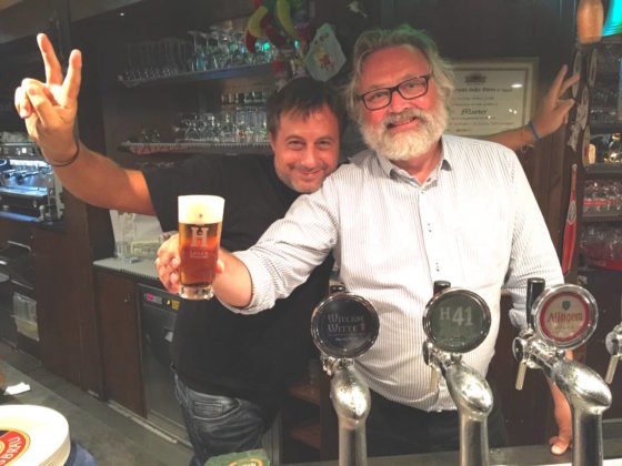 Il mastro birraio Willem Waesberghe insieme con il titolare Antonio Di Lello alla birreria Au Vieux Strasbourg di Milano durante Milano Beer Week 2016