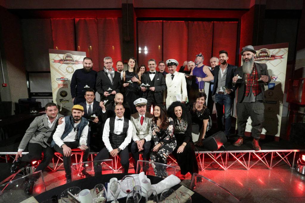 I magnifici 12 del Drink Team 2016 di Bargiornale premiati durante la serata di gala di Barawards 2016, in posa con la redazione di Bargiornale