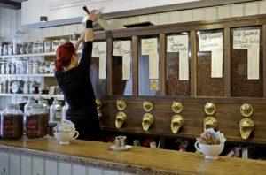Il bancone con i silos per le varietà di caffè della Torrefazione Cannaregio di Venezia.