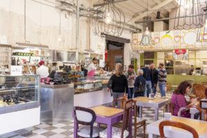 Il grande bancone della bottega caffè di Sanlorenzo Mercato di Palermo.