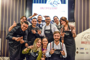 """Il gruppo dei dieci finalisti del contest """"Quale caffè le servo?"""" organizzato da Bargiornale al salone Tecno&Food di PadovaFiere. Il vincitore Luca Primiani è il primo a sinistra con il pollice alzato (e occhiali)."""