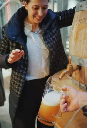 Cerimonia di spillatura di Birra Amarcòrd dalla botte con Elena Bagli.
