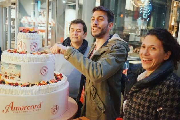 Taglio della torta Amarcòrd 20 Anni (2017) della Pasticceria Tomassini con il patron Roberto Bagli, il ceo Andrea Bagli e la sorella Elena Bagli.