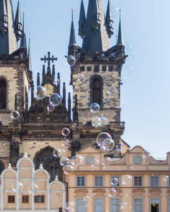 Bolle sulle torri campanarie della basilica di S. Maria di Tyn a Praga by Paolo Balsamo.