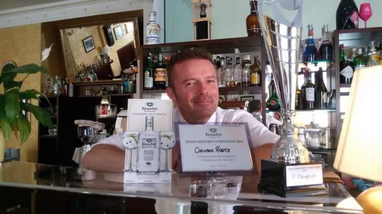 Il vincitore Claudio Rossi al banco del Caffè Roma di Asiago