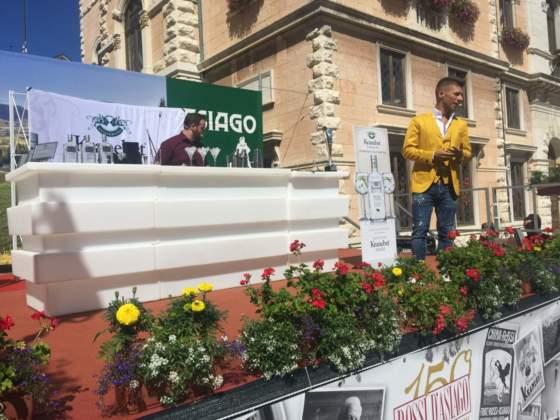 In giacca gialla, il bartender campione del mondo Bruno Vanzan dà inizio alla gara