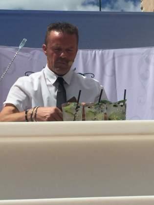 Il vincitore Claudio Forte guarnisce il cocktail