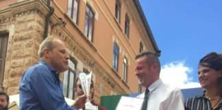 Nicola Dal Toso premia Claudio Forte (a destra)