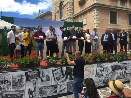 Presentati da Bruno Vanzan (giacca gialla), gli otto partecipanti alla gara con la giuria (a destra) composta da Michele Di Carlo, Andrea Gallottini e Danilo Bellucci