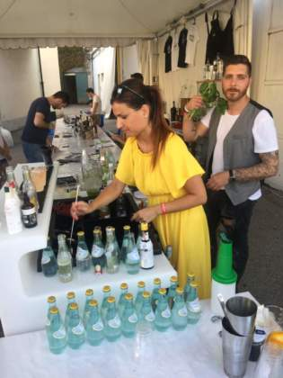 La barmaid Tania Riccio e il bartender Patrick Bestetti al banco open bar