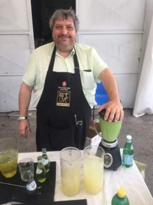 Michele Di Carlo prepara nel blender il cocktail Mediterraneo