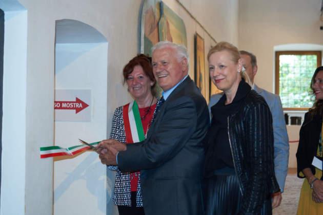 Francesco Dal Toso taglia il nastro inaugurale della mostra Rossi D'Asiago insieme all'Assessore alla Cultura Chiara Stefani e alla figlia Patrizia Dal Toso