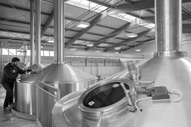 Il mastro birraio Giovanni Campari controlla la produzione nel moderno stabilimento di Soragna (Pr) di Birrificio del Ducato.