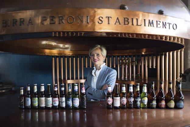 Francesca Bandelli, nuovo direttore mkt Birra Peroni con alcune delle numerose specialità prodotte