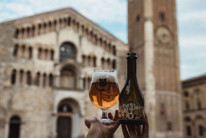 La specialità Parma Vecchia Ipa in piazza del Duomo.