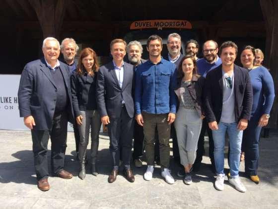 Michel Moortgat e Giovanni Campari con un gruppo di giornalisti in una recente visita alla sede belga di Brewery Duvel-Moortgat.