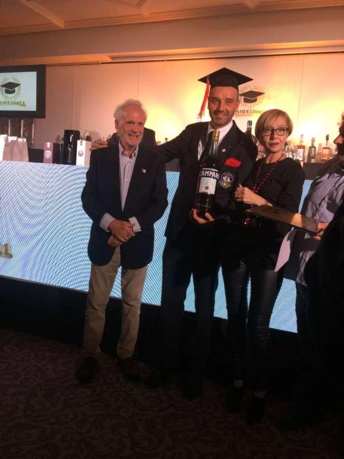 Il vincitore Andrea Francardi tra l'organizzatore Danilo Bellucci e Patrizia Beretta di Campari.