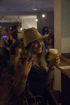 Birra Sans Papiers è offerta anche alla spina, con grande soddisfazione della clientela femminile
