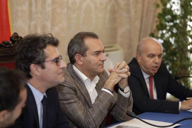 Il tavolo delle autorità con Federico Sannella (relazioni esterne), il sindaco Luigi de Magistris e Luigi Serino (direttore stabilimento di Roma).