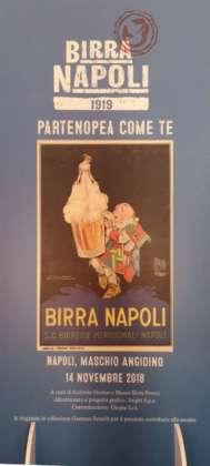 Un vecchio poster di Birra Napoli esposto alla mostra Birra Peroni al Maschio Angioino.