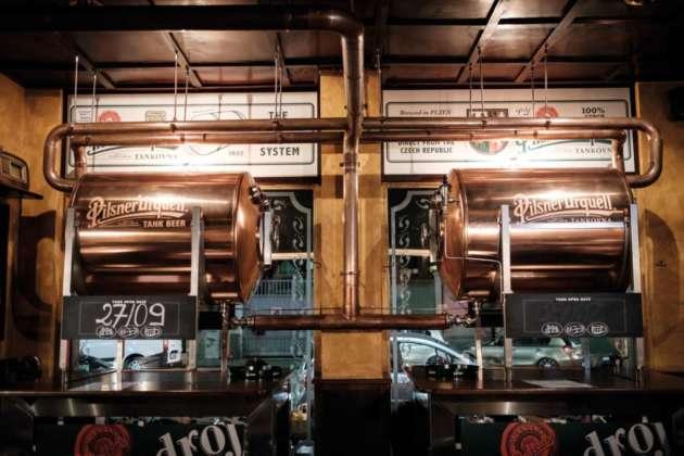 I serbatoi in acciaio Tankovna di birra cruda Pilsner Urquell al Cheers Pub di Milano