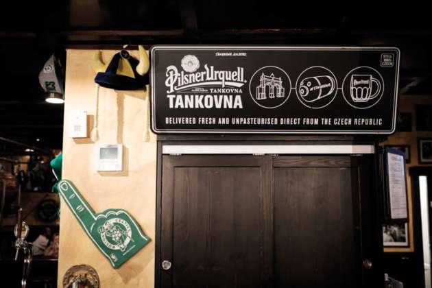Targa del sistema di spillatura Tankovna per birra Pilsner Urquell versione cruda al Cheers Pub di Milano