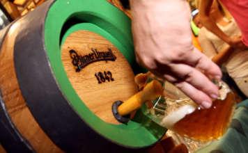 Birra Pilsner Urquell cruda spillata dalla botte