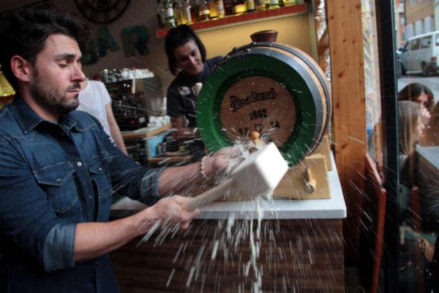 Cerimonia di spillatura con martellata dalla botte di birra cruda Pilsner Urquell