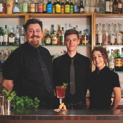 Il bartender Stefano Zanetta con il suo staff