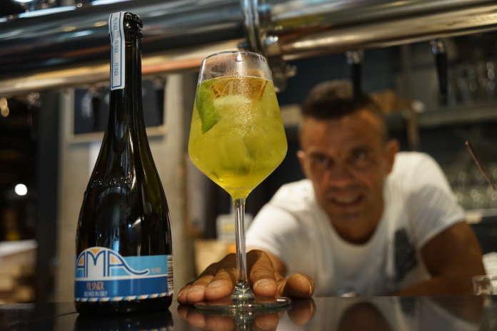 Il bartender mixologist Charles Flamminio con il cocktail The Big Luveria
