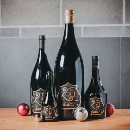 I quattro formati in bottiglia (33, 75, 150 e 300 cl) di 25 Dodici di Birra del Borgo.