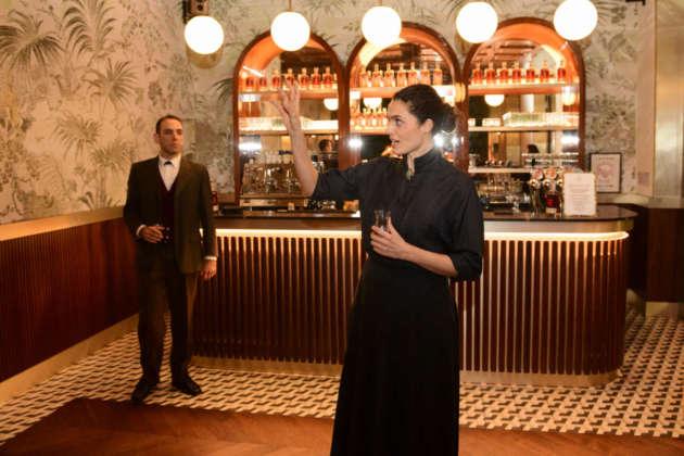 Doña Amalia convince Don Facundo Bacardì Massò a utilizzare il pipistrello come marchio dell'azienda