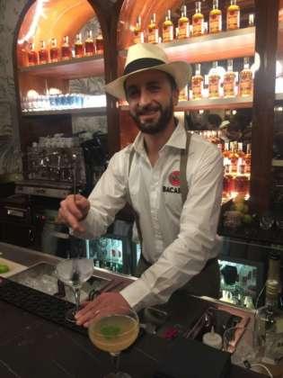 Il bartender campione Davide Mitacchione