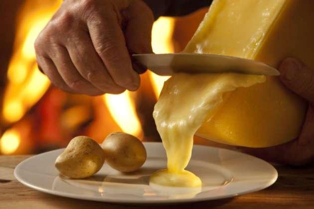 Tecnica di raschiamento della forma di Raclette du Valais Dop