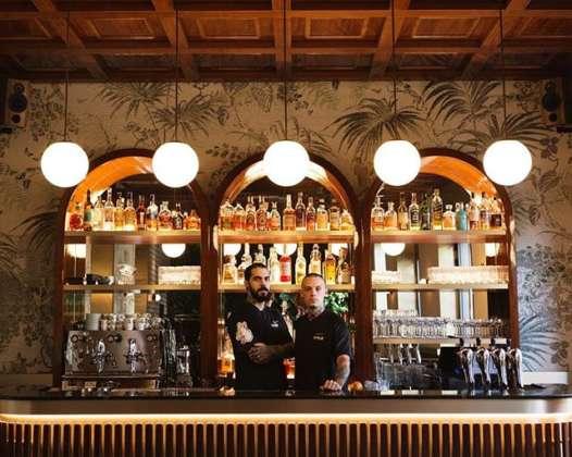 Maximiliano Ruiz e Andrea Chiozzi, gestori del Dhole di Milano dietro al banco bar