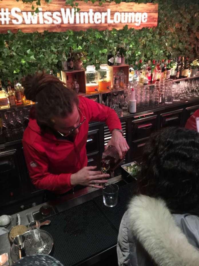 Barman al lavoro per Swiss Apero al Swiss Winter Lounge de La Terrazza di via Palestro a Milano