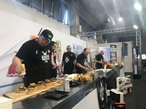 Concorrenti Burger Battle presso lo stand Ch&f Bertolini, fiera Tecnobar & Food di Padova