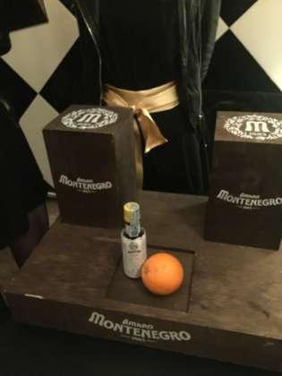 Scatola a sorpresa con Angostura Aromatic Bitters e arancia