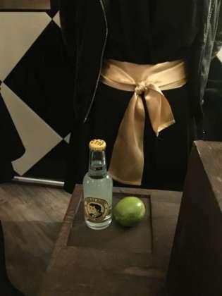 Scatola a sorpresa con Tonic Water e lime