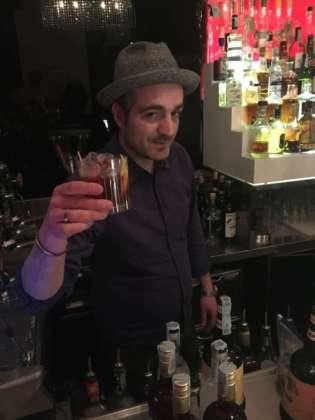 Il barmanager Cristian Lodi del Milord di Milano con un Montenegroni by Amaro Montenegro