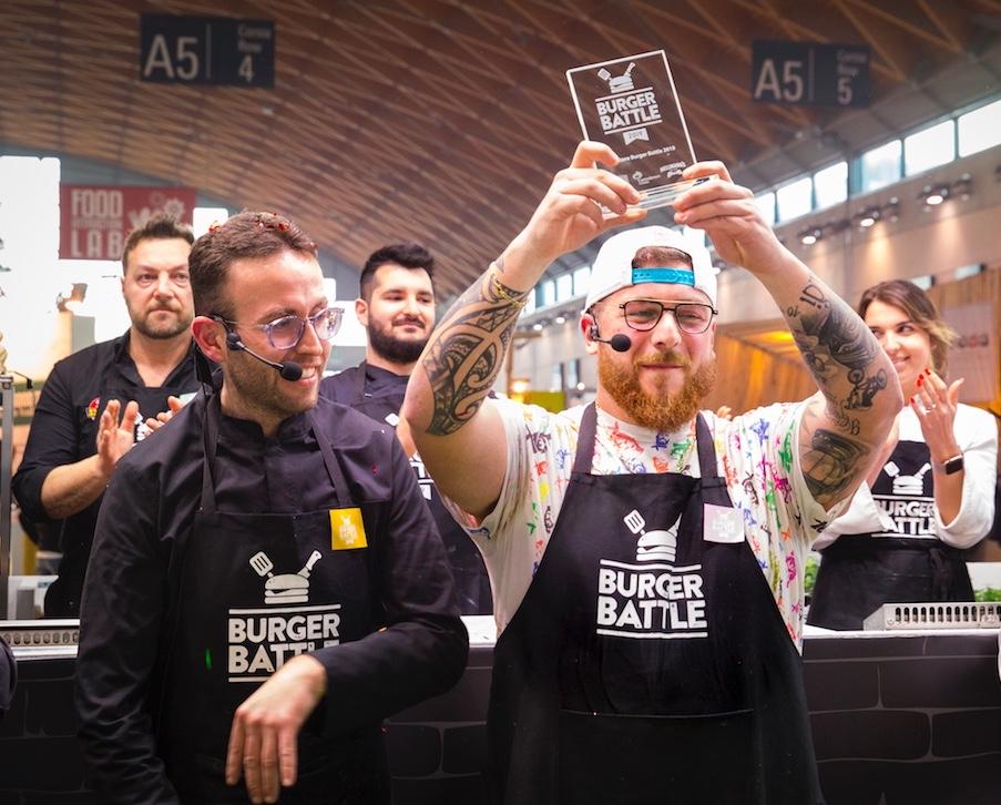 Accanto a Rocco Camasta, il vincitore Antonio De Lauro alza la targa Burger Battle 2019