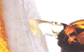 Birra Peroni versata dalla bottiglia