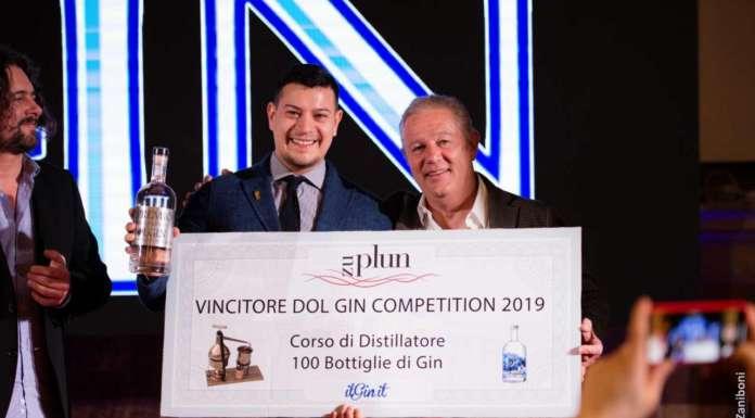 Il vincitore Lucas Kelm premiato dal mastro distillatore Florian Rabanser di Zu Plun