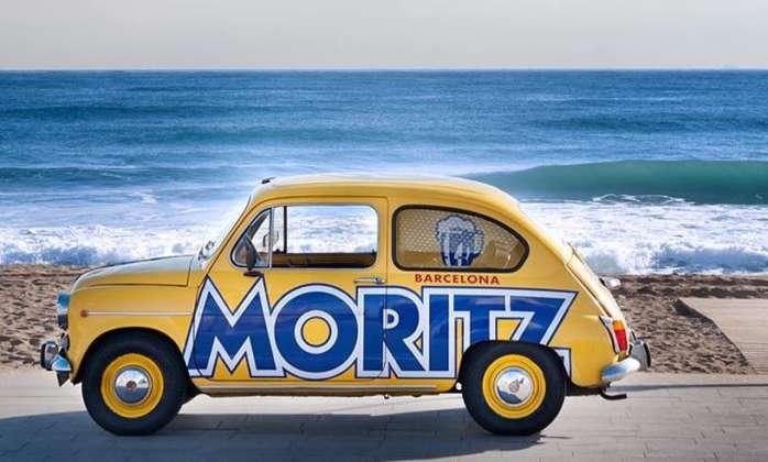 Storica vettura Seat 600 brandizzata Moritz sul lungomare di Barcellona