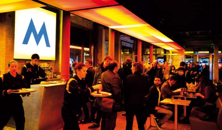 Area di consumo della cerveceria Antigua Fabrica Moritz di Barcellona