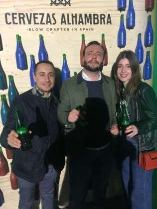 Matteo, Alessandro e Rita davanti al pannello Alhambra Reserve 1925 by Alan Sastre