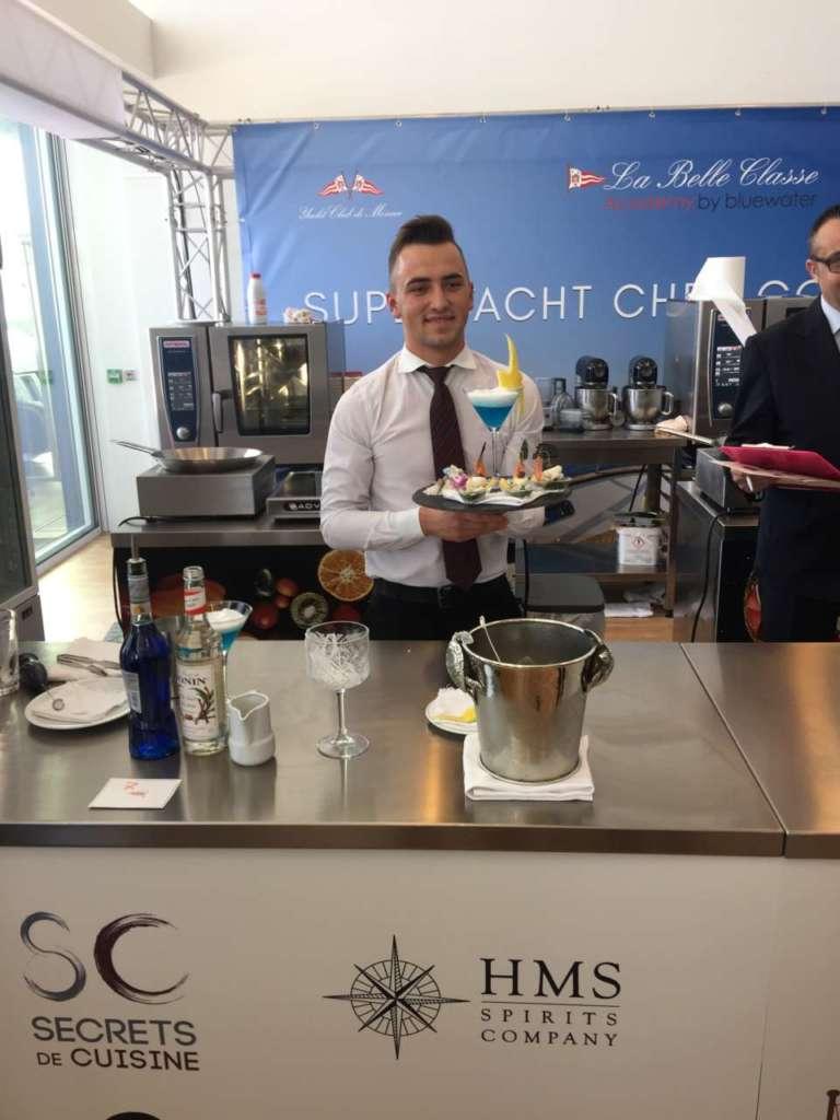 Il vincitore Martin Stefas Balas con il cocktail Le Prince d'Azur.