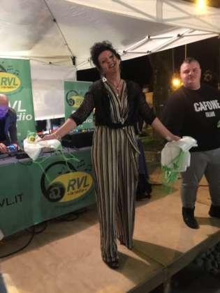 Cinzia Ferro davanti al box di Radio RVL che ha assicurato una poderosa colonna sonora alla festa.