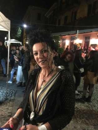 Una entusiasta Cinzia Ferro al centro della festa in piazza per 20 Anni Estremadura Café.