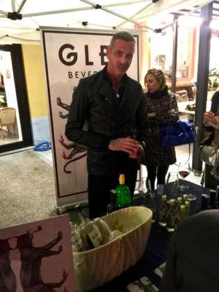 Il bartender dello stand Glep Beverages con Bitter Rosso Spinto, Amaro Grinta e Vermouth Rosso Vandalo.